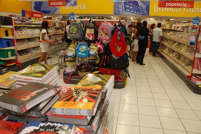 Os fiscais do Procon-PE pesquisaram 72 itens em diferentes estabelecimentos no Recife e em Olinda. (Foto: Cecília de Sá Pereira/Arquivo DP )