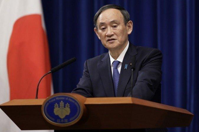 (Yoshihide Suga disse que o Japão não aceitará a decisão da Justiça. Foto: Kiyoshi Ota / POOL / AFP)