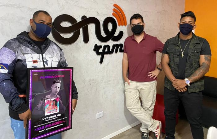 Pepeu Nascimento com placa disco de platina duplo da ONErpm, Julian Lepick e Jorge Music (Foto: Emannuel Bento/DP)