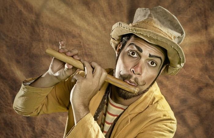 O mágico Rapha Santacruz ministra a oficina de mágica e apresenta dois espetáculos (Foto: Max Levay/Divulgação)