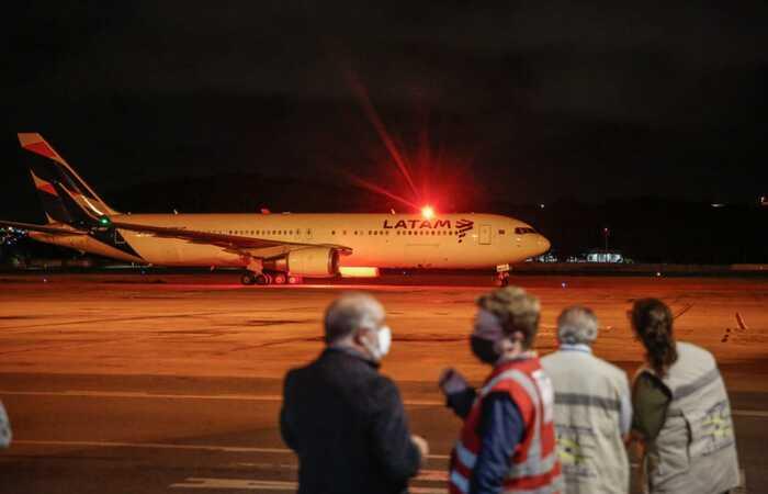 Aeronave aterrissou por volta das 19h30. Foto: Paulo Paiva/DP (Foto: Paulo Paiva/DP)