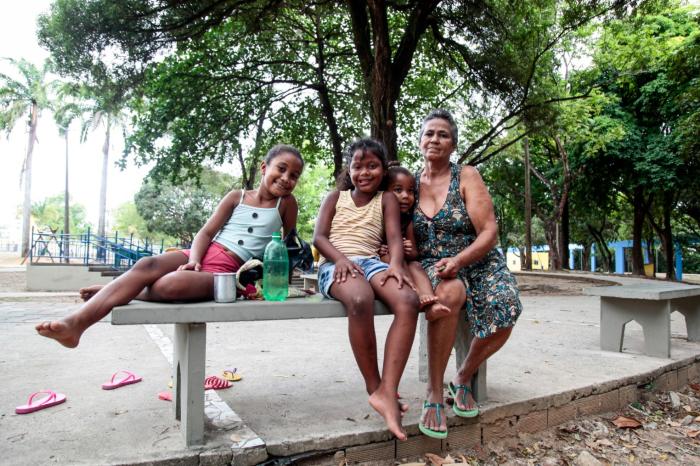 """A aposentada Severina Viana e as netas (foto) vêm com frequência ao Parque Santana; mesmo assim, a aposentada aprova fechamentos: """"eu sei que é perigoso"""" (Foto: Arnaldo Sete/ DP Foto)"""