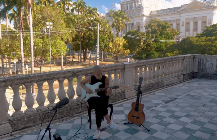 Larissa Lisboa se apresentando no terraço do Teatro Santa Isabel, no Centro do Recife (Foto: SOMdagem/Divulgação)