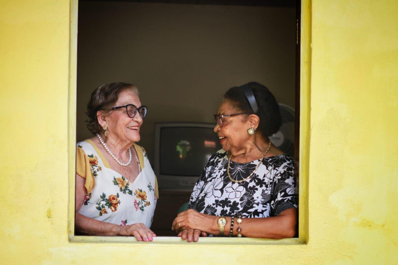 Nina e Maria da Paixão conversando na janela (Foto: Rômulo Chico / Esp.DP.)