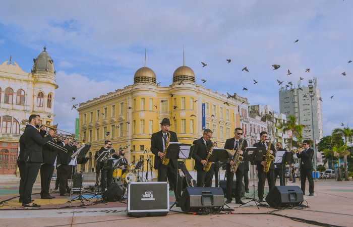 SpokFrevo Orquestra em apresentação no Marco Zero do Recife (Foto: José Britto/Divulgação)