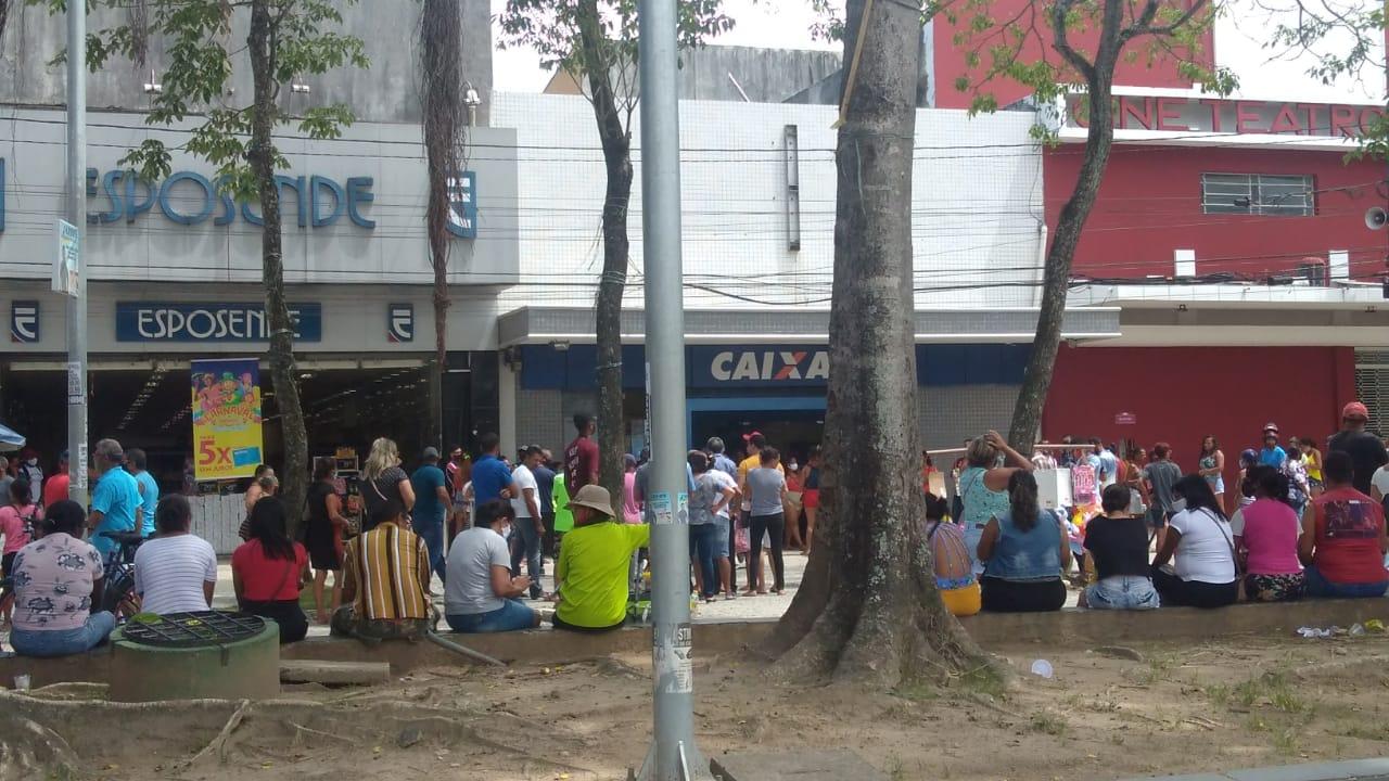 Fila grande e aglomeração em frente à Caixa Econômica de Jaboatão (Foto: Fabson Gabriel/DP)