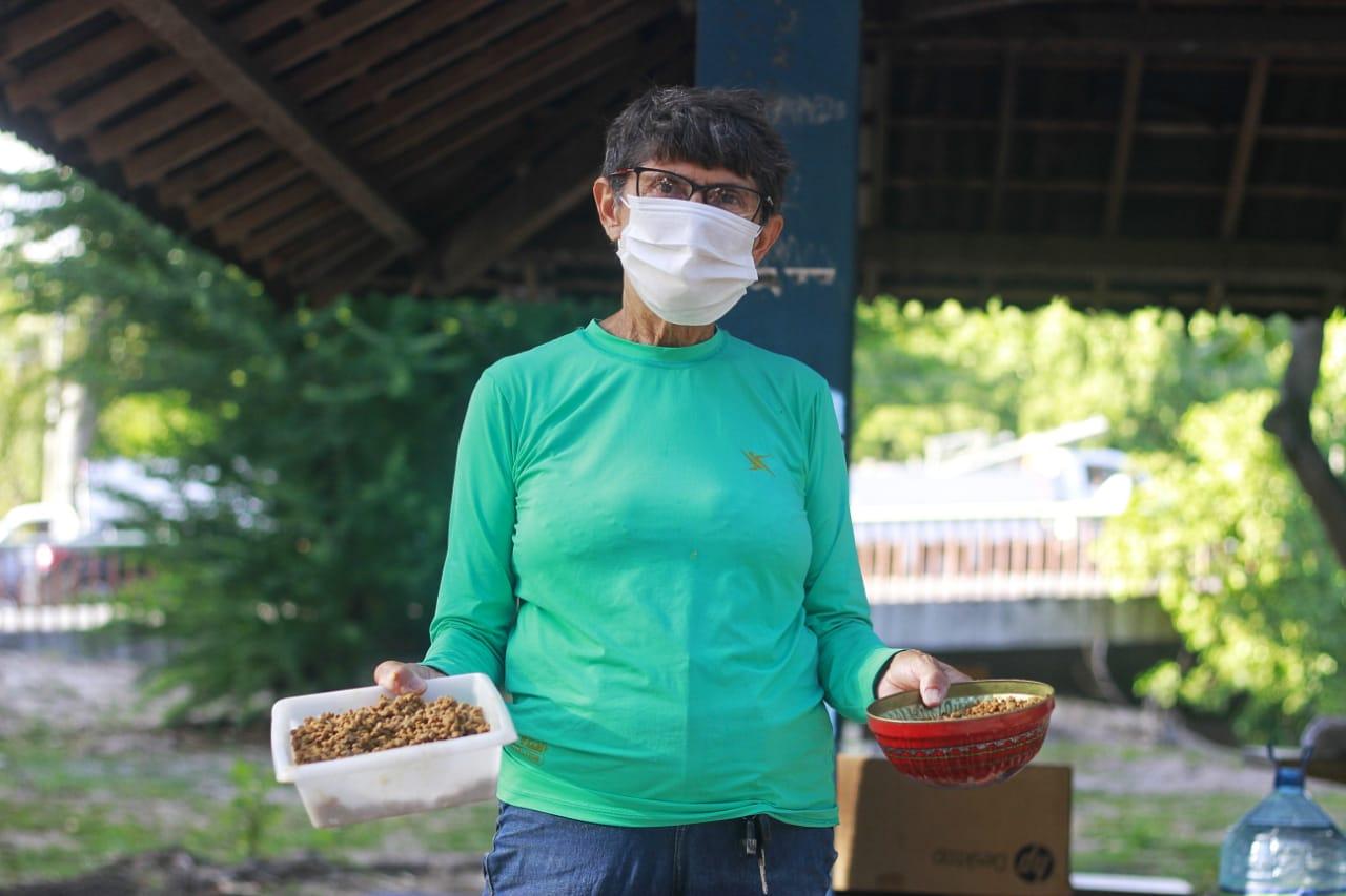 A aposentada Eunice, dedica parte da vida à paixão pelos animais (Foto: Rômulo Chico/Esp. DP)