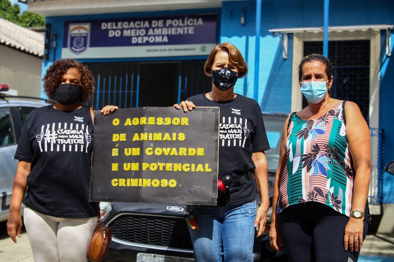 Ativistas em frente à Delegacia de Polícia do Meio Ambiente  (Foto: Sandy James/Esp.DP)