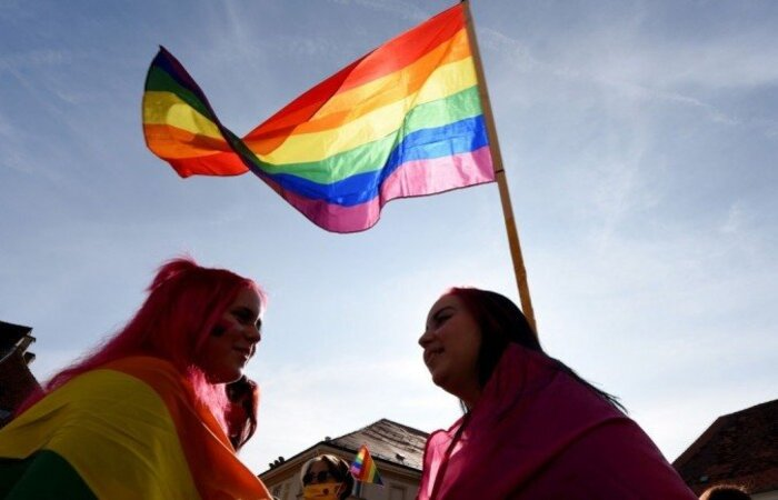 As relações entre pessoas do mesmo sexo foram descriminalizadas em 1967 no Reino Unido, mas a proibição do recrutamento de homossexuais nas agências de inteligência por razões de segurança persistiu até 1991 (Foto: AFP / Denis LOVROVIC)