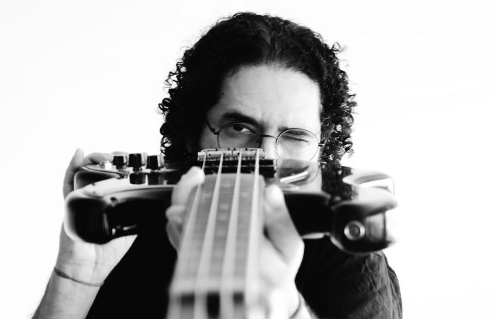 Juliano Holanda em ensaio para Onde As Casas Andam Em Silêncio (Foto: Mery Lemos/Divulgação)