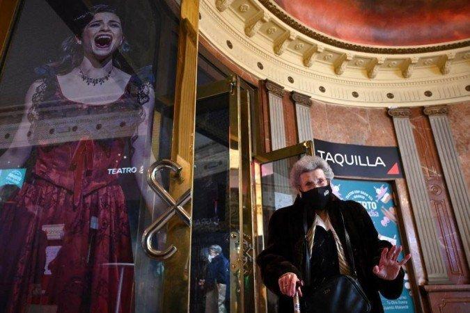 (O teatro convidou 150 aposentados vacinados de sete casas de repouso de Madri e 50 enfermeiros, também imunizados, para o show humorístico do ator Santi Rodríguez. Foto: GABRIEL BOUYS / AFP)