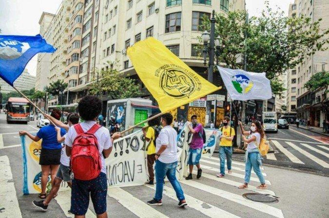 (O ato ocorre junto com mobilizações marcadas para esta quinta-feira em 16 cidades brasileiras contra os cortes na educação. Foto: Reprodução/Twitter)