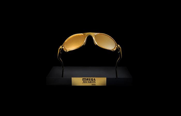 Troféu reproduz um exemplar dourado do Juliet, óculos popular entre os jovens da periferia (Foto: Gera/Divulgação)