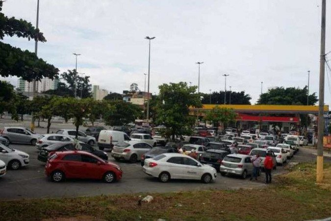 (Filas de veículos em postos de abastecimentos de Belo Horizonte. Foto: Robson Magalhães/EM/D.A Press)