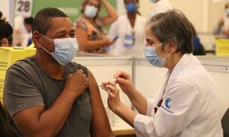 (Mais de 560 mil idosos começam a ser imunizados amanhã no estado. Foto: Rovena Rosa/Agência Brasil)