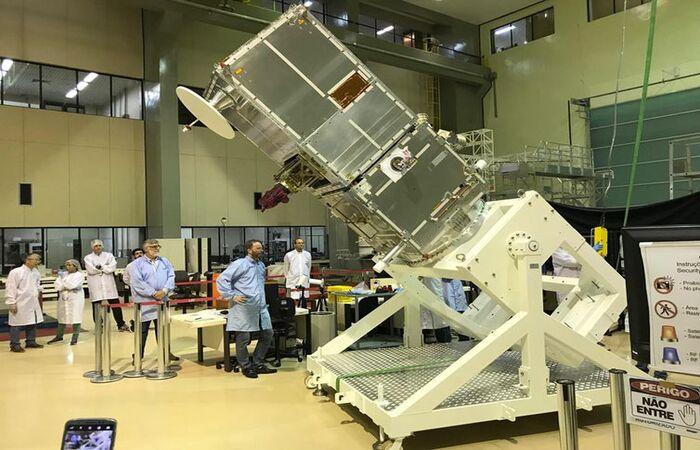 O satélite 100% brasileiro ainda no Instituto Nacional de Pesquisas Espaciais, antes de embarcar para a Índia (Foto: INPE - Instituto Nacional de Pesquisas Espaciais)