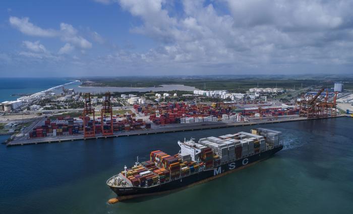 Acordo fará com que cargas argentinas cheguem diretamente por Suape para serem distribuídas na região. (Foto: Rafa Medeiros/Divulgação)