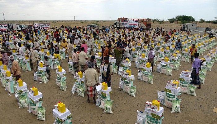 (Desabrigados por causa do conflito no país recebem ajuda humanitária (Foto: Khaled ZIAD / AFP))