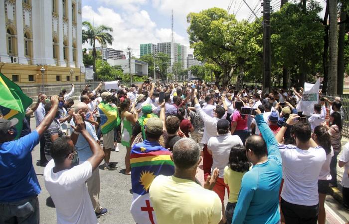 Protesto no Palácio Campo das Princesas, no Centro do Recife (Foto: Rômulo Chico/Esp. DP FOTO)