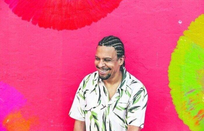 Com experiência em produções do exterior, o pernambucano traz gêneros como o Afropop e R&B para junto da musicalidade brasileira (Foto: Thais Lima/Divulgação)