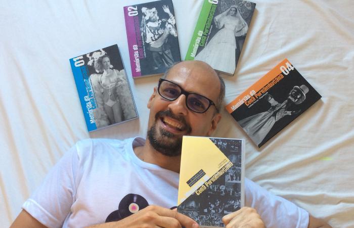 Leidson Ferraz com livros do Projeto Memórias da Cena Pernambucana (Foto: R. Dias/Divulgação )