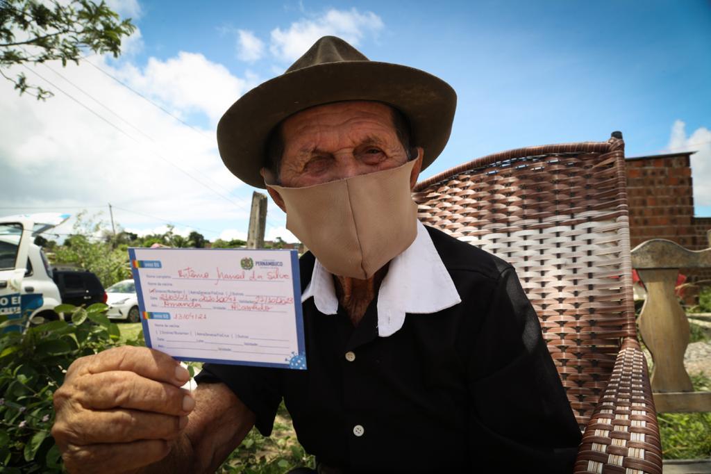 Seu Antônio Manoel da Silva, 115 anos, foi vacinado nesta terça em Paulista (Foto: Hesíodo Góes/Esp.DP)