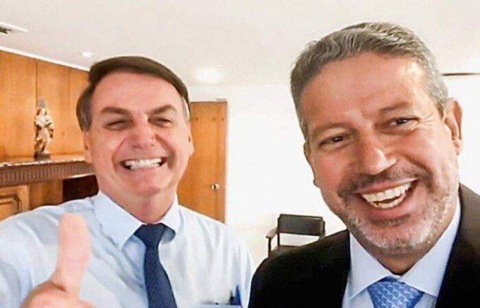 """Utilizando máscara, após a reunião, Bolsonaro fez questão de acompanhar Lira até o carro do presidente da Câmara na saída do Palácio do Planalto numa tentativa de mostrar que a relação segue bem. Os dois se abraçaram. Mandatário emendou ainda que há """"zero problemas"""" entre eles  (Foto: Reprodução/Internet)"""
