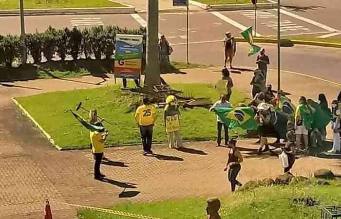 Manifestação reuniu cerca de 100 pessoas em frente à prefeitura de São Leopoldo (RS) (Foto: Reprodução internet)