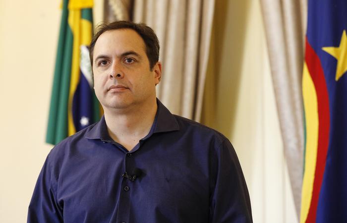 Paulo Câmara ainda assinou lei que dispensa o crédito tributário referente ao ICMS incidente nas operações de prestações com o oxigênio hospitalar. (Foto: Hélia Scheppa/SEI)