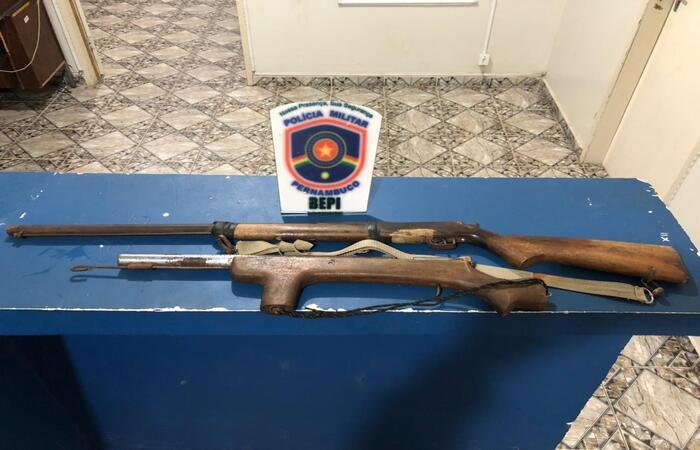 Armas apreendidas na casa do paraguaio.  (Foto: Divulgação)