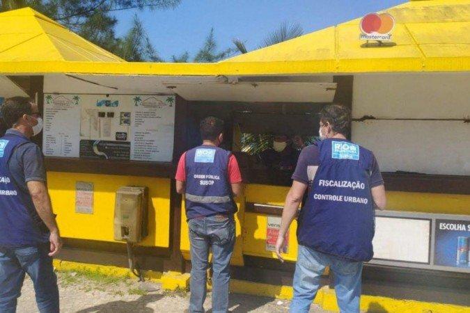 (As fiscalizações são realizadas também com bloqueios móveis em pontos estratégicos da cidade para impedir a entrada de ônibus e vans fretados. Foto: Divulgação/Prefeitura da Cidade do Rio de Janeiro)