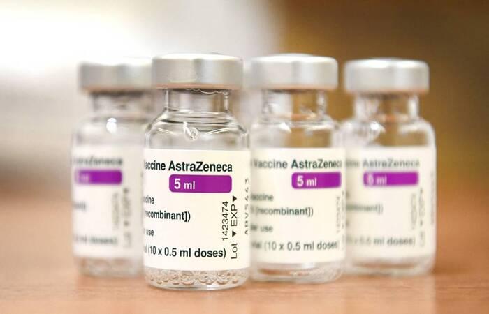(A vacina se encontra sob suspeita em vários países, após a ocorrência de casos isolados graves de formação de coágulos sanguíneos. Foto: Divulgação/AFP)