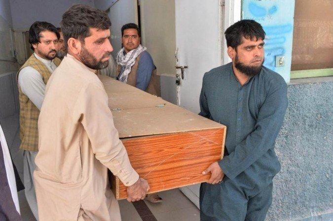 As vítimas foram assassinadas em dois ataques diferentes em Jalalabad, cidade frequentemente assolada pela violência  (Foto: NOORULLAH SHIRZADA / AFP)