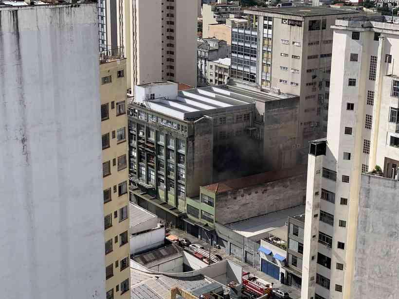 Ainda não se sabe as causas do incêndio, mas o Corpo de Bombeiros está no local  (Foto: Redes Sociais/Reprodução)