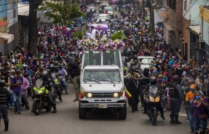 """A polícia dispersou um grupo que se reuniu desde cedo na Basílica e ao longo da procissão precisou afastar as pessoas do """"papamóvel"""" ( PEDRO RANCES MATTEY/AFP )"""