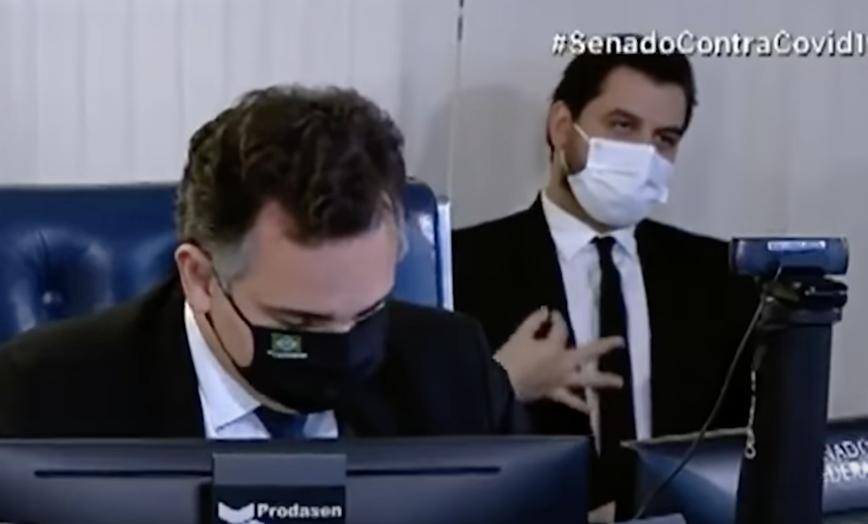 (Filipe Martins gesticula atrás de Rodrigo Pacheco em sessão do Senado. Foto: Reprodução/TV Senado)