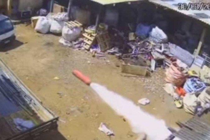 (A explosão aconteceu quando homem estava sentado no cilindro enquanto tentava forçar a saída da válvula de segurança com uma chave de fenda. Ele imaginava que o objeto estava vazio. Foto: Reprodução/Youtube)