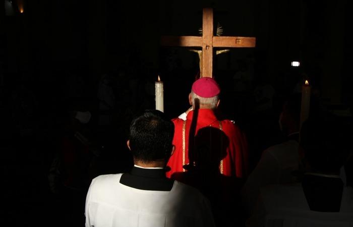 Religioso conduziu a representação da cruz de Cristo pelo corredor central (Foto: Peu Ricardo / DP Foto)