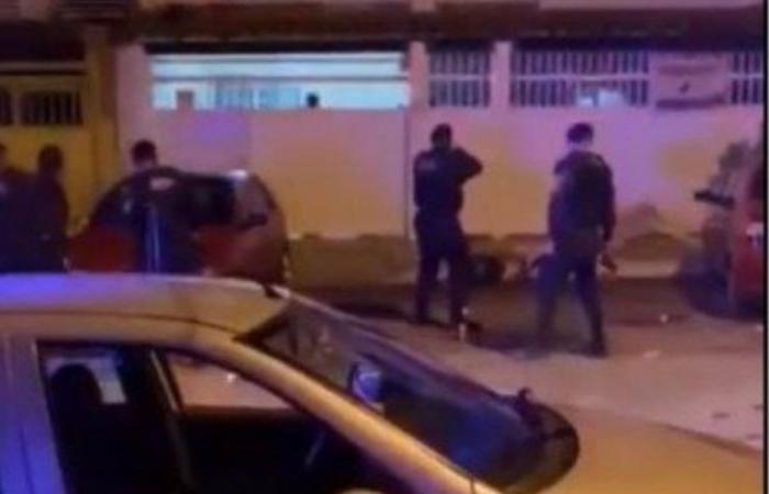 (Os policiais foram ao local após receberem denúncias da festa, mas foram hostilizados pelas pessoas que participavam da aglomeração. Foto: Reprodução)