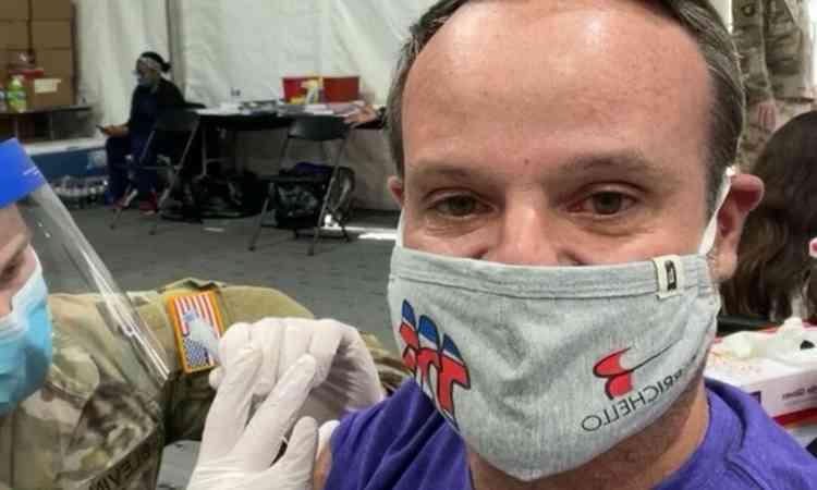 (Rubens Barrichello, 48 anos foi vacinado contra a Covid-19 nos Estados Unidos. Foto: Reprodução/Instagram )