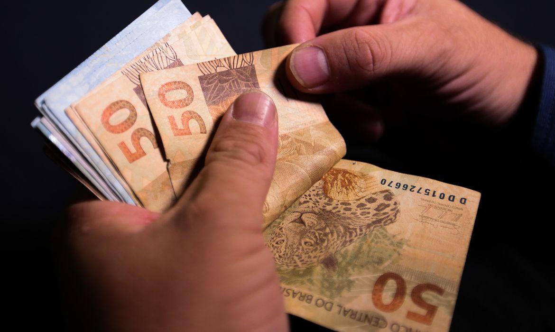(Fim de auxílio e despesas de início de ano elevaram saques. Foto: Marcello Casal Jr/Agência Brasil )
