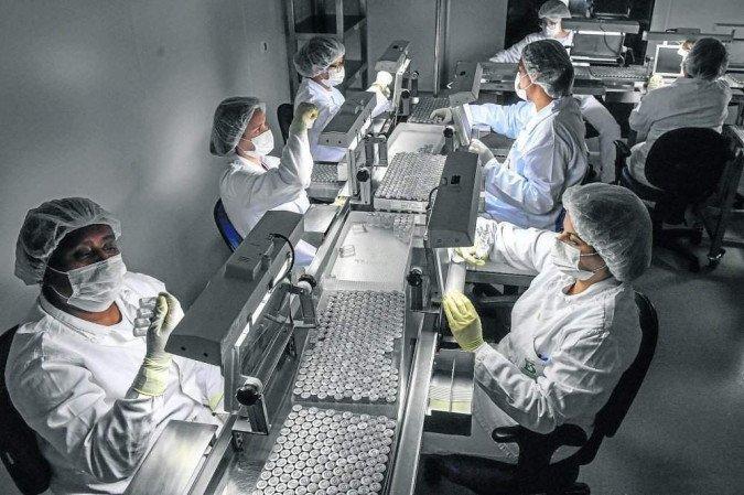 Instituto paulista depende da chegada de novo lote de matéria-prima da China para a produção de novas doses da vacina (crédito: Nelson Almeida/AFP)