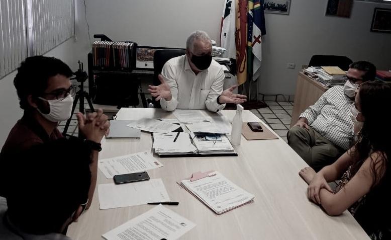 Reunião de alunos de Medicina com o reitor da UPE, Pedro Falcão, na manhã desta sexta-feira (9). (UPE/Divulgação)