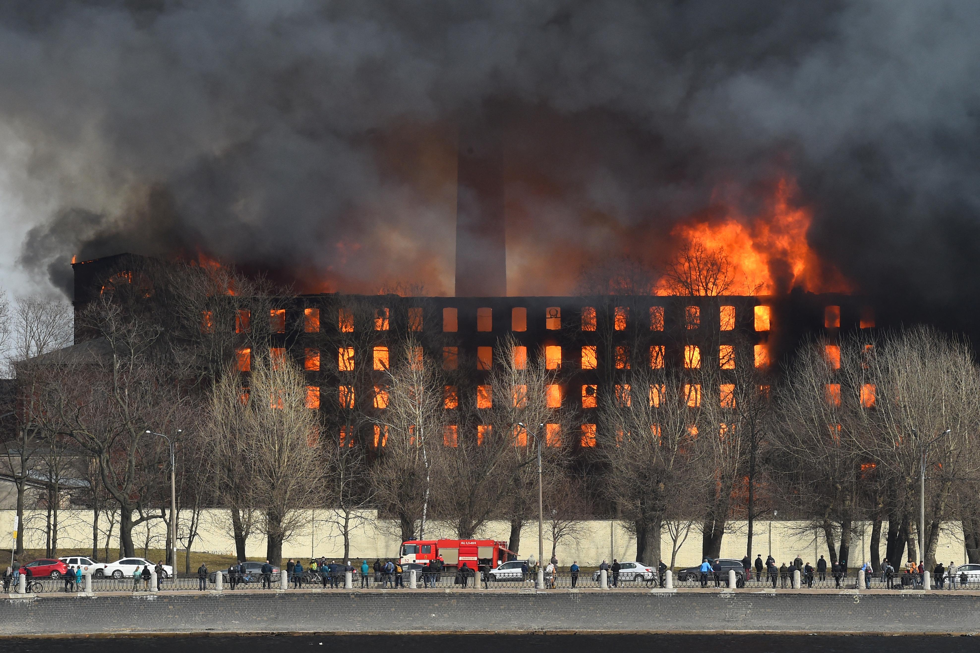 """(Ainda não há informações sobre a origem do incêndio, que os bombeiros continuam a combater e que afetou mais de 10.000 m² da """"Fábrica Nevski"""". Foto: Olga MALTSEVA / AFP)"""