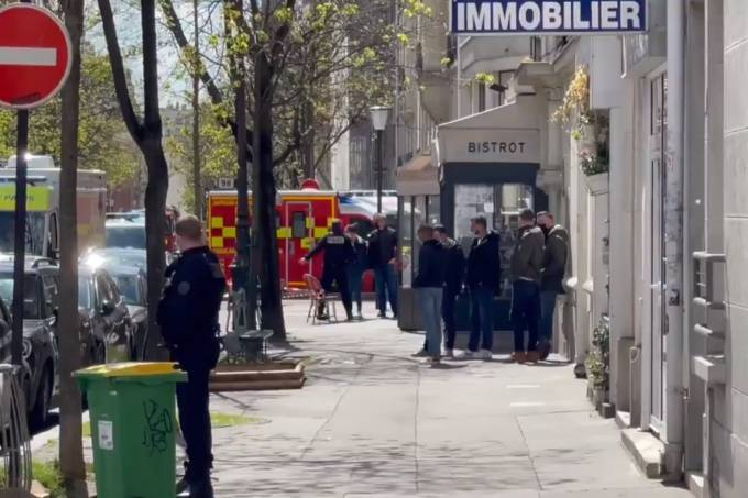(O atirador ainda está foragido, após deixar o hospital em uma moto que o estava esperando. Foto:Twitter/Reprodução )