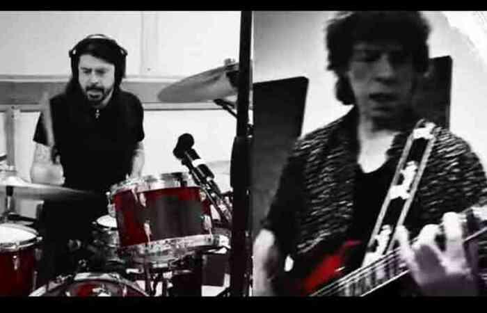 O videoclipe mostra os rockeiros veteranos tocando juntos remotamente, cada um em seu estúdio (Foto: Youtube/Reprodução)
