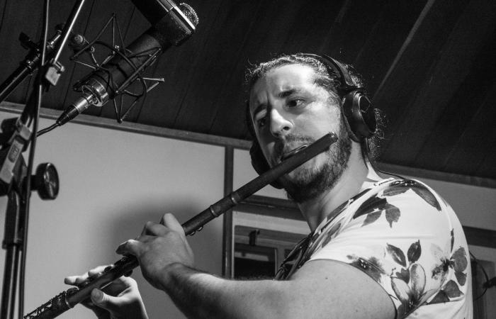 Henrique Albino durante gravações no Estúdio Fábrica (Foto: Eládio Ferreira/Divulgação)