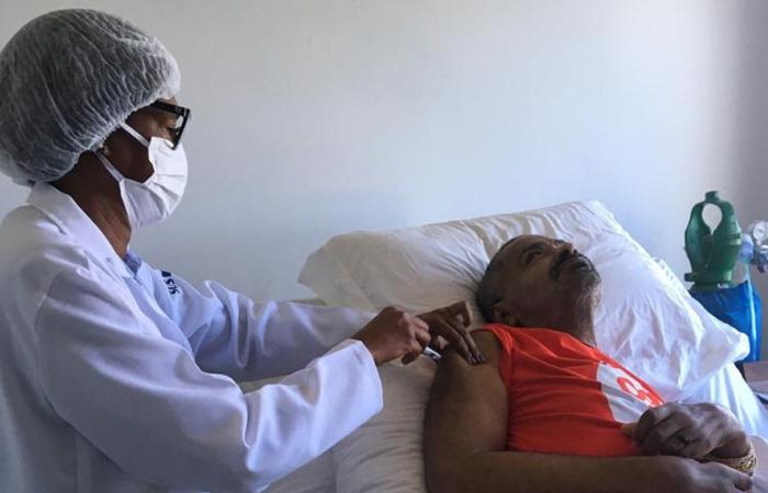 (O músico foi vacinado nesta quinta-feira em sua casa. Foto: Reprodução/Instagram)