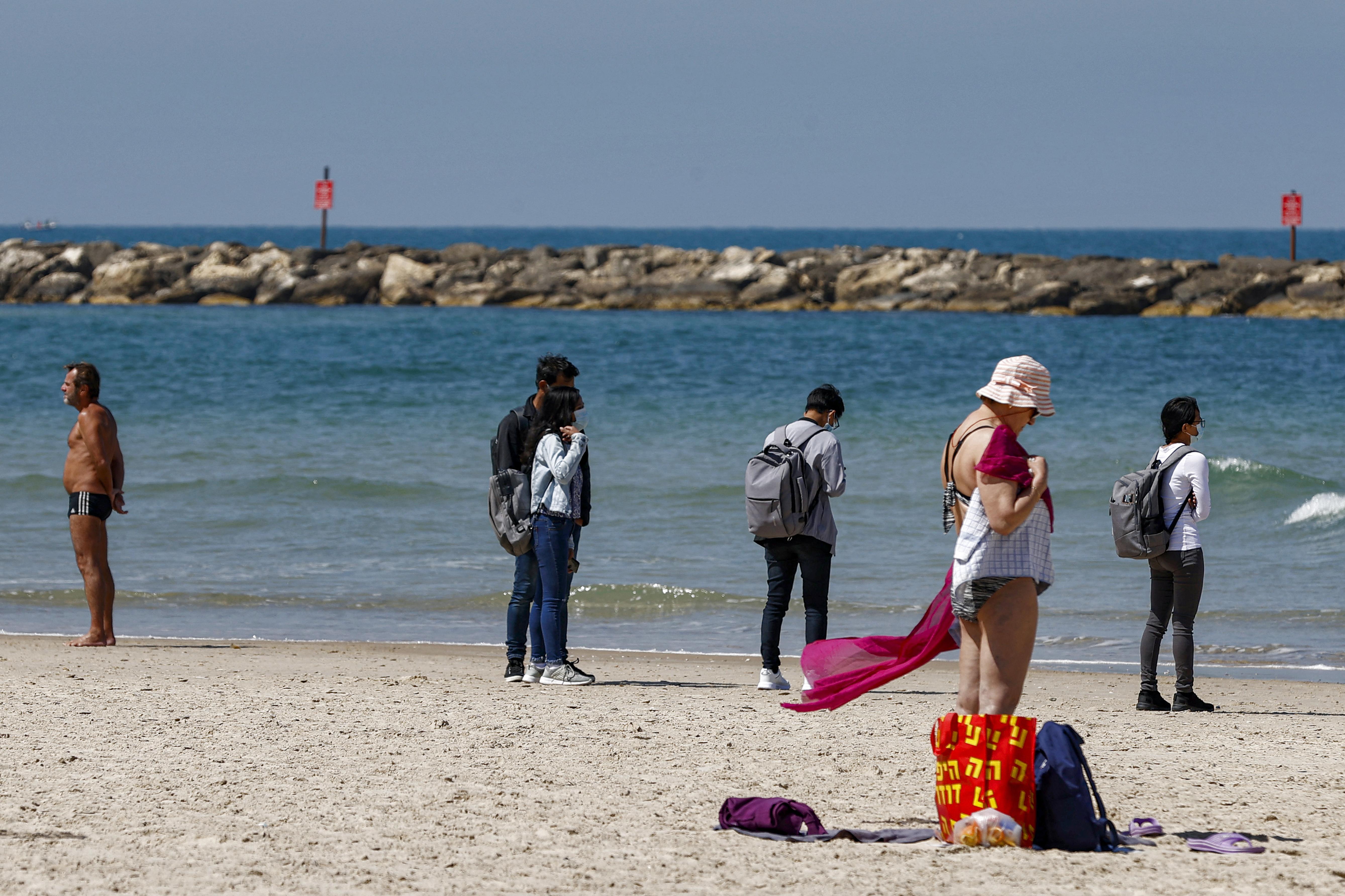 (As praias, restaurantes e bares estão abertos no país desde março. Foto: JACK GUEZ / AFP)