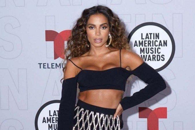 (Durante agradecimento, Anitta lembrou que Brasil também é um país latino. Foto: Sergi Alexander/Getty Images Via AFP)